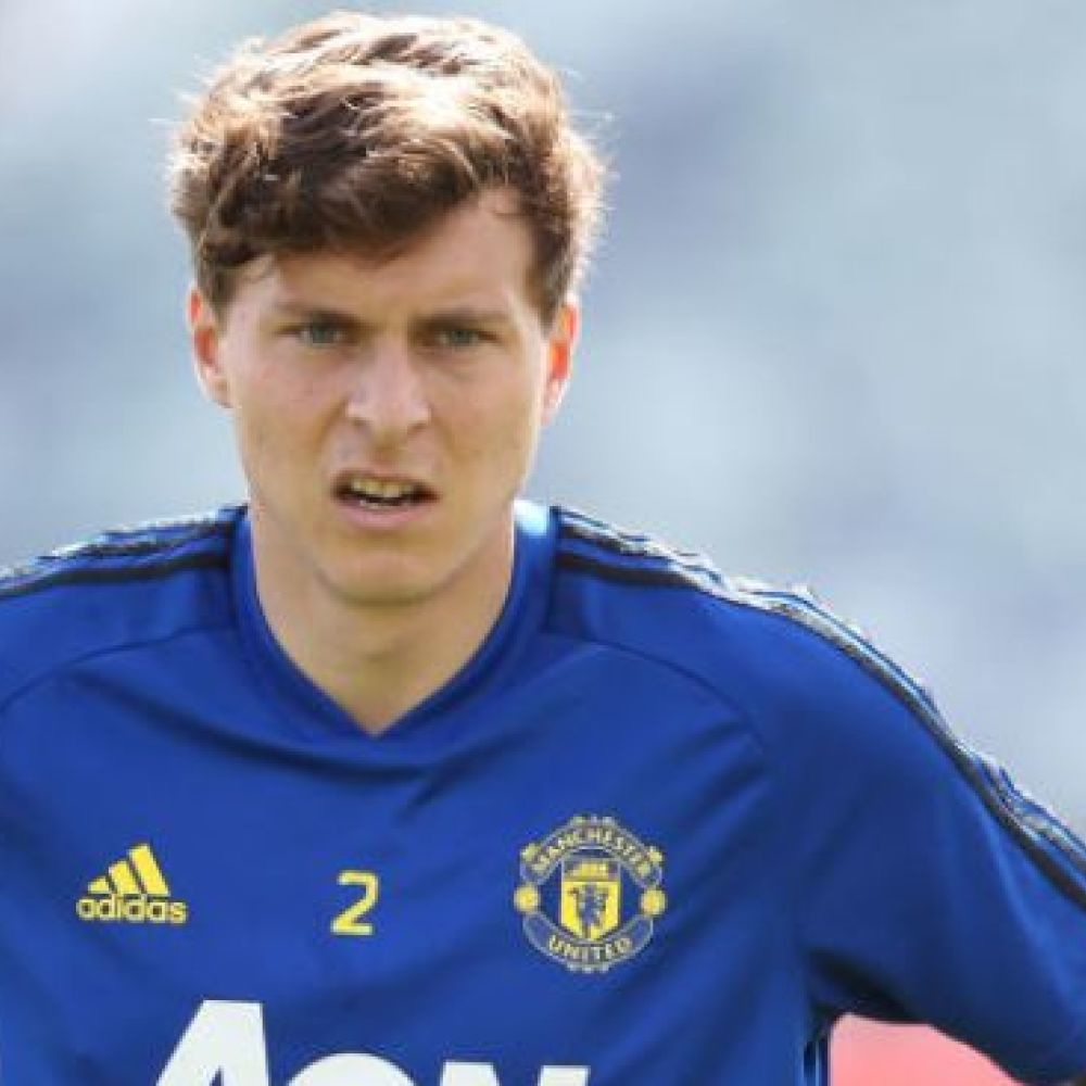 Defender linked with Barcelona signs new Man Utd contract